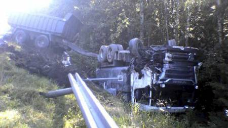 VELTET: Føreren av en personbil omkom i kollisjon med dette vogntoget. (Foto: Rolf Stømner / TV 2/)