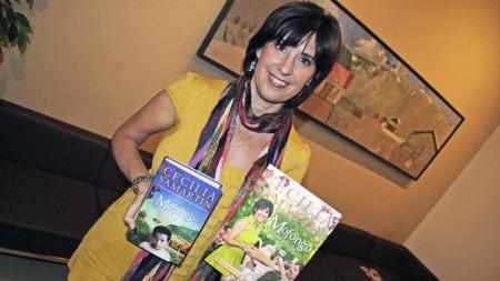 Cecilia Samartin med hennes roman«Mofongo» og tilhørende kokebok. (Foto: Martin Jacob Kristoffersen TV 2)