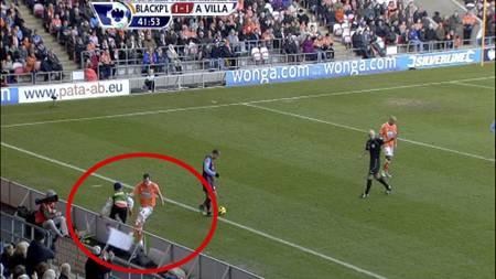Charlie Adam sparker i stykker reklameskilt i kampen mot Aston Villa. (Foto: TV 2/)