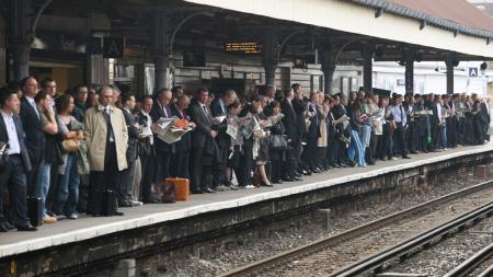 STREIKEVANTE: Det er jevnlig konflikter mellom de ansatte på London-undergrunnen og politikerne som vedtar budsjettene for driftsselskapet. Dette bildet er fra juni i fjor. Også da gikk mange ansatte ut i streik, og sørget for kaos på mange stasjoner. (Foto: AFP)