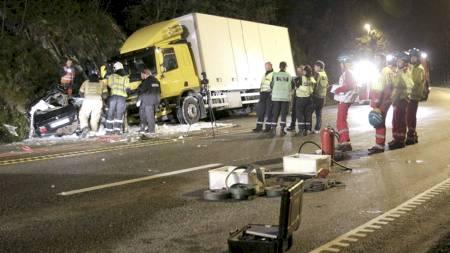 HER ENDTE FIRE LIV: Personbilen og lastebilen kolliderte front mot front på E39 ved Søgne i 19-tiden fredag. (Foto: Schrøder, Tor Erik/Scanpix)