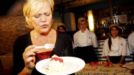 Kristin Halvorsen forsynte seg godt av kakefatet da 50-årsdagen hennes fredag ble markert på utestedet Blå i Oslo. (Foto: Larsen, Håkon Mosvold/Scanpix)
