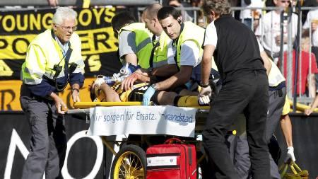 UT PÅ BÅRE: Emiliano Dudar ble fraktet av banen på båre. (Foto: PASCAL LAUENER/Reuters)