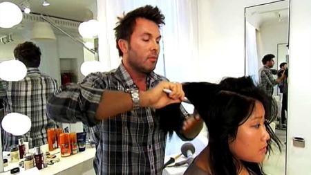 DELT I TRE: Jan Thomas deler håret i tre deler, for å ha bedre kontroll over hva han gjør.  (Foto: Steinar Marthinsen)