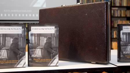 NYE BEVIS: Boka «Forfalskningen» av Geir Selcik Malthe-Sørensen og Kjetil Bortelid Mæland sår tvil om pengebeviset i Treholt-saken. (Foto: Bendiksby, Terje/SCANPIX)
