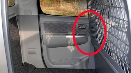 Mange sliter med at skilleveggen i varebilen er montert så langt framme at den gjør det ukomfortabelt å kjøre bilen. Men å flytte på den - det er overhodet ikke smart!