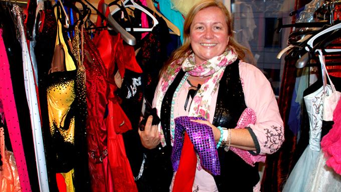 Hanne Lein er kostymeansvarlig i «Skal vi danse».  (Foto: Sandra Mei Ling Noer)