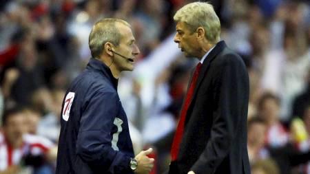 Martin Atkinson  og Arsene Wenger (Foto: DAVID MOIR/Reuters)