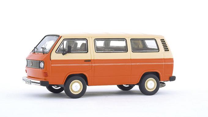 Tidlig utgave av T3 som ble lansert i 1979. Duofargen var typisk for de første årgangene. Foto: Volkswagen