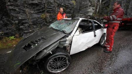 Det var litt av eit skode, då den totalvraka bilen vart henta opp torsdag morgon. Det er ikkje noko anna enn eit gledeleg under at ingen måtte bøte med livet i denne ulukka. (Foto: David E. Antonsen, firdaposten.no/ANB)