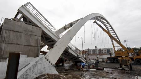 Denne gangbroen utenfor splitter nye Jawaharlal Nehru Stadium kollapset tirsdag. (Foto: ADNAN ABIDI/Reuters)
