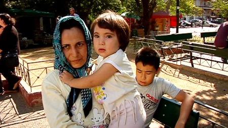 UTELIGGERE: Atticaplassen i Aten er hjemmet til flere hundre   afghanske asylsøkere. De har ingen andre steder å gjøre av seg. (Foto:   Aage Aune/TV 2)