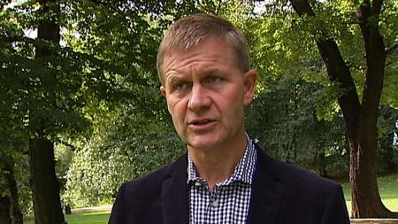 MILLIONSTØTTE: - Vi oppfordrer andre land til å gjøre mer enn det Norge har gjort, sier utviklingsminister Erik Solheim (SV). Norge tredobler nå sin støtte til de pakistanske flomofrene. (Foto: TV 2)