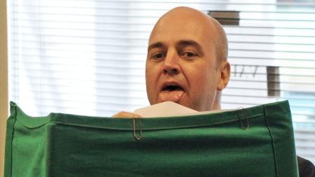 Statsminister Fredrik Reinfeldt (M) slikker konvolutten med stemmen sin i valglokalet i Täby tidligere søndag. (Foto: Scanpix)