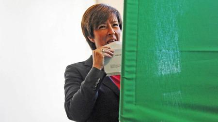 SLIKKER I VEI: Mona Sahlin forsegler konvolutten med stemmeseddelen sin. (Foto: Scanpix)