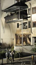 Da brannmannskapene kom til åstedet for denne eksplosjon, stormet den illsinte kvinnen ut av leilighetsbygget med våpen. Hennes eks-mann og mindreårige sønn ble funnet i den utbrente leiligheten. (Foto: AFP)