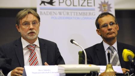 Politiinspektør Dieter Inhofer (t.v.) og politisjef for Baden-Württemberg, Wolff Hammann, holdt sent søndag kveld en pressekonferanse om skytedramaet. (Foto: AFP)