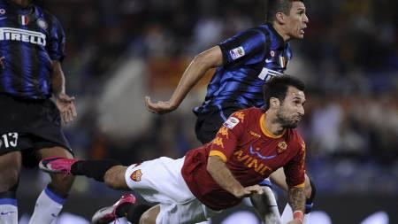 AVGJØRELSEN: Her stanger Mirko Vucinic inn seiersmålet for Roma. (Foto: FILIPPO MONTEFORTE/Afp)