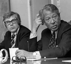 Handelsminister Jens Evensen og statssekretær Arne Treholt i 1974.