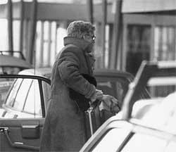 Arne Treholt minutter før han ble pågrepet på Fornebu. (Foto: Politiets sikkerhetstjeneste)