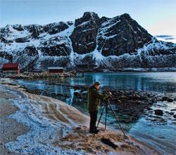 Gode klær, stativ, og utsikt over sjøen. Frank er klar for nordlysfotografering! (Foto: Frank Olsen)