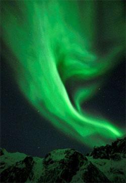 I dette bildet fra Grøtfjorden har Frank tatt med fjellene. Det gir en fin forgrunn som blir ekstra spennende av at snøen farges grønn av nordlyset. (Foto: Frank Olsen)
