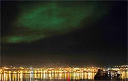 Lys fra byen kan noen ganger være en fin kontrast til nordlyset. (Foto: Frank Olsen)
