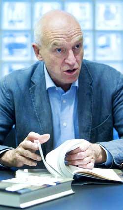 Forfatter og journalist Odd Isungset presenterte boken «Hvem skjøt William Nygaard» fredag. (Foto: Gorm Kallestad)