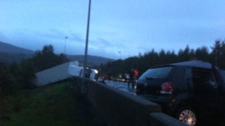 DØDSULYKKE: Det har vært en kraftig kollisjon melom en personbil og en trailer på E16 i Bærum. (Foto: Anja Nygren Lohne)