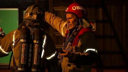 IHERDIG INNSATS: Ved 23.30-tiden søndag hadde brannmannskapene kontroll over flammene. (Foto: Gorm Røseth)