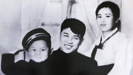 Et udatert foto som skal være Kim il-sung sammen med slnnen   Kim Jong-il og hans første kone Kim Jong-suk. (Foto: HO/Reuters)