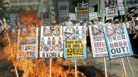 FRA SØR-KOREA: Protestene mot regimet i nabolandet er mange.   Her fra en demonstrasjon i 2009. (Foto: Ahn Young-joon/AP)