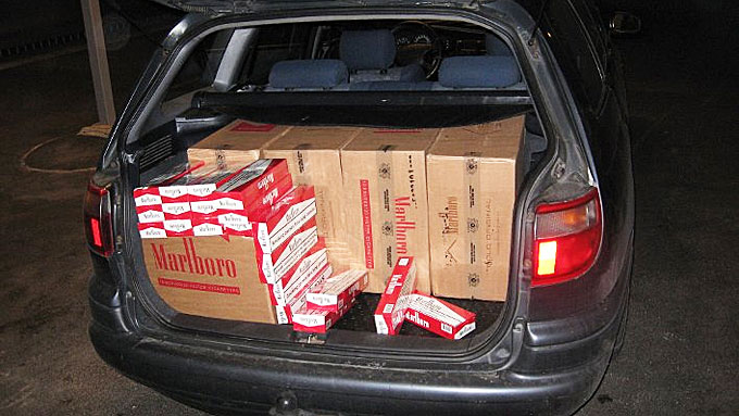 BAGASJEROM: Sigarettene var ikke gjemt, men lå helt åpent i bilen. I bagasjerommet ble det funnet 60.000 sigaretter.  (Foto: Tollvesenet)
