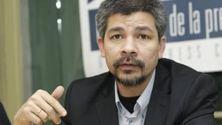Direktør Aye Chan Naing og radiostasjonen «Democratic Voice of Burma» anses av mange for å være en spennende fredspris-kandidat. (Foto: MARTIAL TREZZINI/AP)