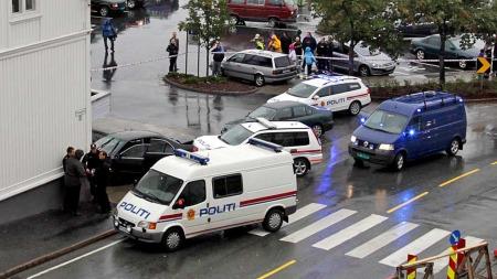 STOPPET STJÅLET BIL ETTER BILJAKT: Oversiktsbilde fra stedet der politiet søndag ettermiddag fikk stoppet en svart, stjålet BMW i Grimstad sentrum.  (Foto: Tor Erik Schrøder)