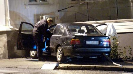 STJÅLET BIL: Krimteknikere undersøkte søndag kveld den stjålne bilen som ble stoppet mot en husvegg i Grimstad sentrum søndag ettermiddag.  (Foto: Kjell Inge Søreide)