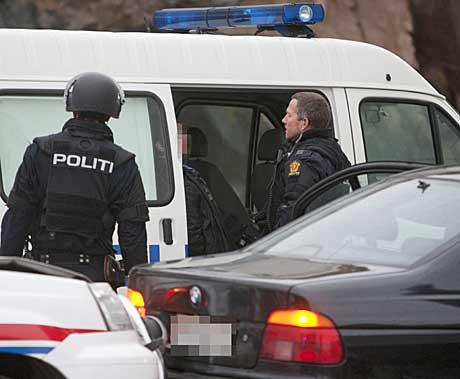 PÅGREPET: En pågrepet mann sitter i en politibil etter at politiet   søndag ettermiddag fikk stoppet en svart, stjålet BMW i Grimstad sentrum.   Bilen var etterlyst etter det som skal være en kidnapping tidligere på   dagen. (Foto: Tor Erik Schrøder)