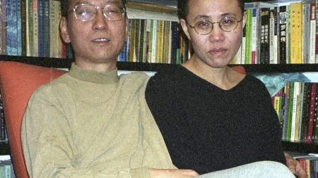 Menneskerettighetsaktivisten Liu Xiaobo er blant de fremste favorittene til å vinne Nobels fredspris. Her med sin kone Liu Xia. (Foto: AFP/AFP)