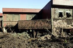 Tre personer omkom da et voldsomt regnvær utløste et jordras som fylte flere rekkehus med gjørme på Hatlestad i Bergen 14. september 2005. (Foto: Heiko Junge / SCANPIX)