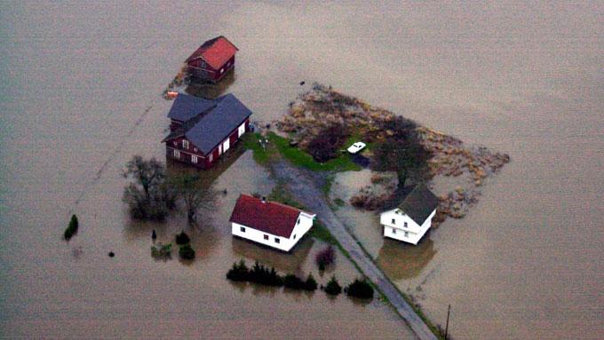 Gårder og skogsområder ble satt under vann da Vansjø i Østfold flommet over i november 2000. (Foto: Heiko Junge / SCANPIX)