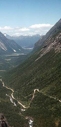 Trollstigen i Møre og Romsdal. Utsikt mot Isterdalen i Rauma kommune.  I enden av dalen skimtes Åndalsnes ved Romsdalsfjorden.