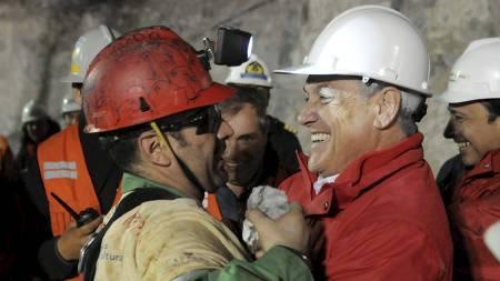 HADDE MED EN SUVENIR: Chiles president Sebastiean Pinera fikk en stein av Mario Sepulveda. (Foto: HO/Reuters)
