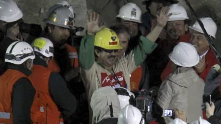 TREDJEMANN OPP: Juan Andres Illanes Palma kan igjen puste i frisk luft. (Foto: Roberto Candia/Ap)