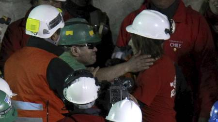 ENDELIG UTE: Jose Ojeda klemmer stedatteren Elisabeth like etter   han har kommet ut av redningskapselen. (Foto: Roberto Candia/Ap)