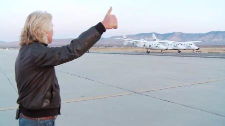 KLARSIGNAL: Richard Branson gir tommel opp før avgang for VSS Enterprise. (Foto: Virgin Galactic)