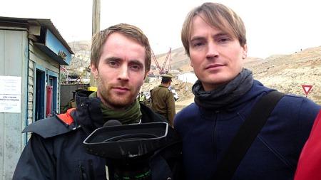 FØLGER REDNINGSAKSJONEN: TV 2s team Pål S. Schaathun og  Simen Olafsen er i Copiapo i Chile for å følge redningsaksjonen. (Foto: Tim Cupal/ ORF)