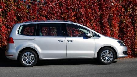Dette er andre generasjon VW Sharan, en stor, komfortabel og praktisk flerbruksbil. Men særlig sporty kan den ikke beskyldes å være... (Foto: Benny Christensen)