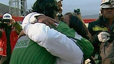KJEMPEKLEM: Gruvearbeider Claudio Yanez ga forloveden sin en   lang klem med det samme han kom ut av kapselen. (Foto: APTN)
