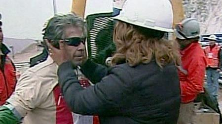 GJENFORENING: Eldstemann Mario Gómez (63) gjenforenes med kona   Lilianett Ramirez. (Foto: APTN)