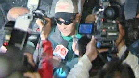 Hundrevis av journalister flokket seg rundt de tre første gruvearbeiderne som fikk forlate sykehuset i Copiapó.